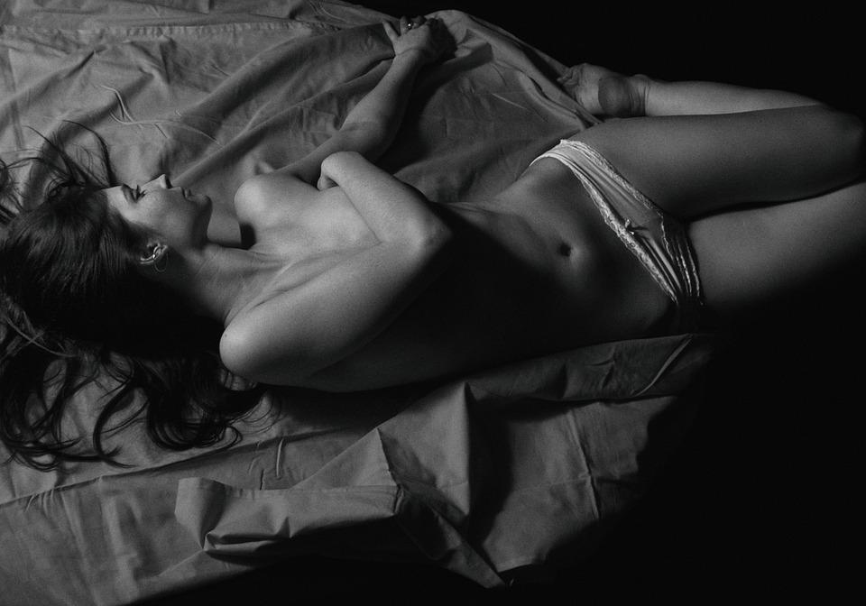 dívka na posteli