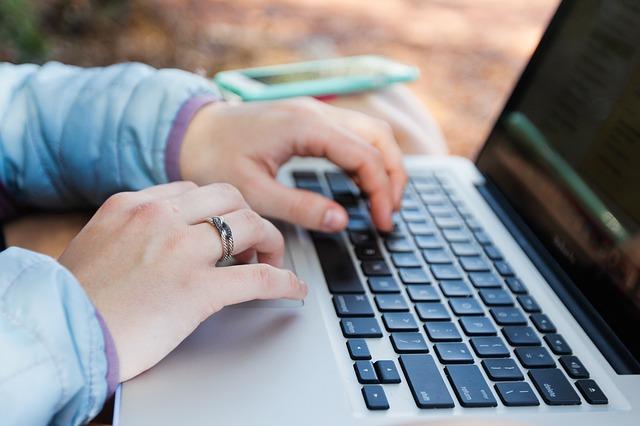ruce, prsten, notebook