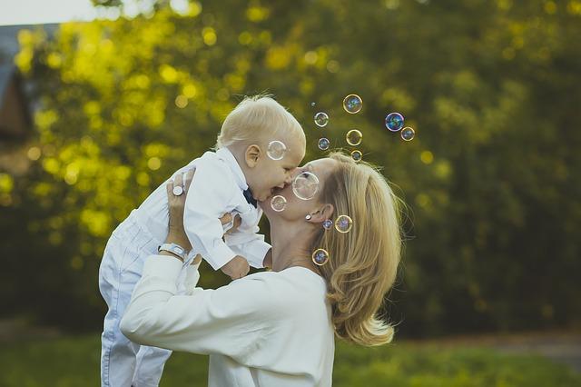 bubliny před mámou a prckem.jpg