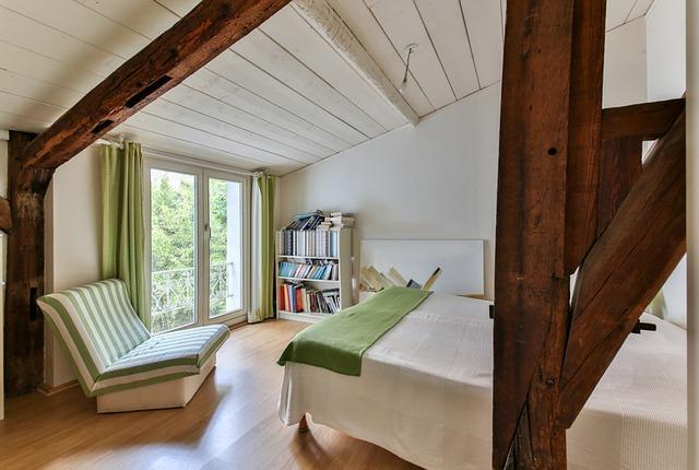 podkrovní místnost s dřevěnými trámy